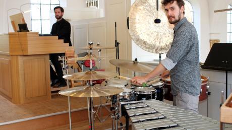 """Die Brüder Mathias (Schlagzeug) und Michael Lachenmayr (Orgel), musizierten meisterhaft im ersten Konzert der Reihe """"Orgel um 11"""" in der Mindelheimer Stephanuskirche."""