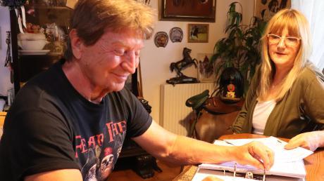 Seitenweise Schreiben haben sich bei Christina und Bernd Augart angesammelt – ihre Hecke konnte das aber nicht retten.