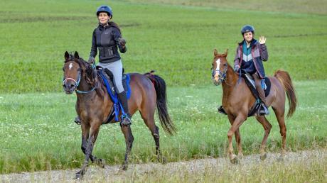 Die Künstlerin Alexandra Vogt (links) lebt und arbeitet mit ihren Pferden. Die Tiere gaben ihr auch in der Corona-Zeit Kraft und Inspiration. Das Bild zeigt sie bei einem Distanzritt.