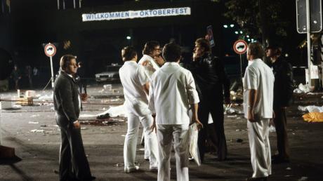 Spurensicherung am Tatort. Am späten Abend des 26. September 1980 kamen bei einem Bombenanschlag auf dem Münchner Oktoberfest 13 Menschen ums Leben, einer davon war der Bombenleger, über 200 wurden zum Teil schwer verletzt. Die Bombe war gegen 22.20 Uhr in einem Papierkorb am Haupteingang detoniert.