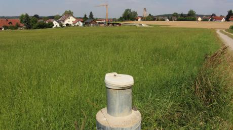 Südöstlich von Apfeltrach ist buchstäblich Gras über die Sache gewachsen, die Apfeltrach und Mindelheim vor Jahrzehnten verursacht haben. Auf dieser Fläche wurde Müll entsorgt, der jetzt Probleme bereitet. Deshalb muss das Gelände für viel Geld abgedichtet werden. Im Vordergrund ist eine der Messstationen zu sehen.