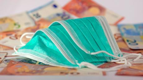Maskenpflicht, Hygienekonzept, Mindestabstände: Wer sich nicht an die Corona-Vorgaben hält, kann mit einem Bußgeld von bis zu 25.000 Euro belangt werden.