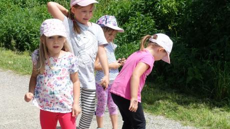 Ganz genau hinschauen mussten die Türkheimer Kinder bei der Schnitzeljagd des Turnvereins.