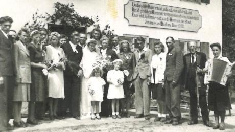 Auch wenn die Zwangsarbeiter nicht freiwillig hier waren, so wurde dennoch auch mal gefeiert – wie hier eine Hochzeit im Juli 1945 in Katzenhirn.