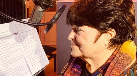 Autorin Petra John beim Einsprechen im Tonstudio.