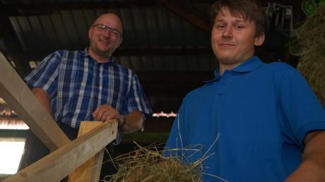 """Michael Miller, Sicherheitsberater an der Mindelheimer Berufsschule, ist stolz darauf, was sein Schützling Luciano Leinsle geleistet hat. """"Jeden Tag gibt es in Bayern ein bis zwei Unfälle auf einer Leiter"""", sagt der Landwirtschaftsexperte."""