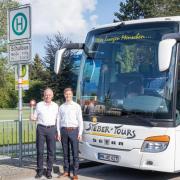 Nach mehr als 50 Jahren muss Steber-Tours den Schulbusverkehr zwischen Mindelheim, Kammlach und Stetten beenden. Wolfgang (li.) und Manuel Steber verabschieden sich symbolisch.
