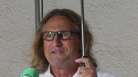 Krimiautor Thorsten Oliver Rehm suchte Schutz unter einem regenschirm.