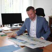 Landrat Alex Eder in seinem Büro in Mindelheim – hier bei der Lektüre der Lokalzeitung.