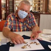 Goldschmied Frank Scheerle bei der ersten Sichtung: Aufs eine Häufchen kommt das Zahngold mit reinem Gold, aufs andere die Legierungen.