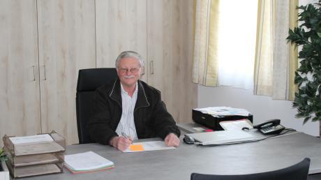 """Rammingens Bürgermeister Anton Schwele sitzt oft an seinem Schreibtisch im neuen Rathaus, wie unser Archivfoto zeigt. Doch häufig muss er sich da immer wieder mit Beschwerden und Anfragen beschäftigen, die vor allem viel Arbeit machen. Aus Sicht vieler Ramminger Gemeinderäte sollte dieser öffentlich nicht genannte """"Unruhestifter"""" eingebremst werden."""