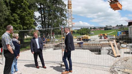 Zwischen Unteregg und Warmisried herrscht derzeit Baustelle. Unser Bild zeigt eine Ortsbegehung (von links): Stellvertretender Tiefbauamtsleiter Karl-Heinz Eierle, Marlene Preißinger, Walter Pleiner und Landrat Alex Eder.