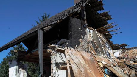 In Ettringen ist ein Wohnhaus während Sanierungsarbeiten teilweise eingestürzt. Der Eigentümer musste den Rest des Gebäudes auf Geheiß des Landratsamtes noch am gleichen Tag abreißen lassen.