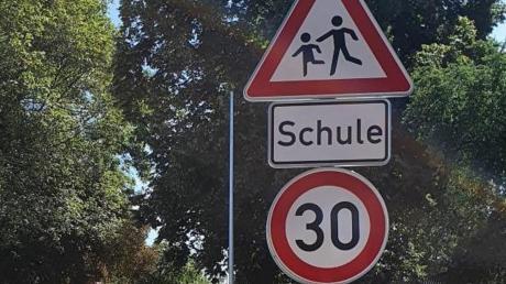 In Wiedergeltingen hat man die bestehende Tempo-30-Regel bei der Grundschule angepasst. Die Schule liegt an der Hauptdurchgangsstraße des Ortes.