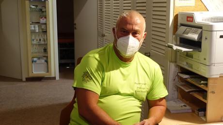 Zu früher Stunde ist Alois Trommer bereit für seine Patienten. Der Mund-und-Nasenschutz gehörte dabei schon immer dazu.