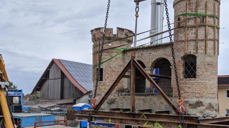 Die Wiedergeltinger Burg schwebt über dem Auflieger eines Sattelschleppers. Bis es soweit war, leisteten die Experten vor Ort stundenlange Maßarbeit.