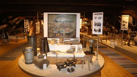 Selbst der Dachboden der Taverne in Dirlewang wird für die Ausstellung genutzt: Auf dem Speicher ist das landwirtschaftliche Leben dargestellt. Auch ein kleiner Klassenraum ist dort untergebracht.