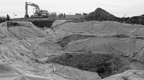 Um die verunglückte und in tausend Trümmer zerfetzte Phantom bergen zu können, wurde damals ein riesiges Loch ausgebaggert. Die ausgelegte Folie verhinderte ein Nachrutschen der Erde.