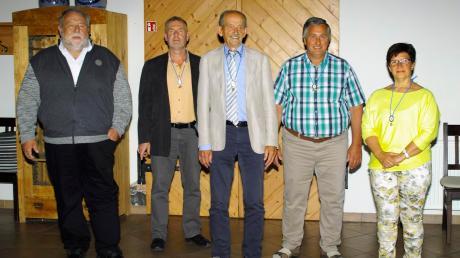 Abschied von der Ettringer Kommunalpolitik. Auf dem Foto (von links) Josef Schmid, Gerold Bittner, Roland Scherbaum, Andreas Scheitle und Helga dePaly beim Versuch, die Abstandsregeln einzuhalten.