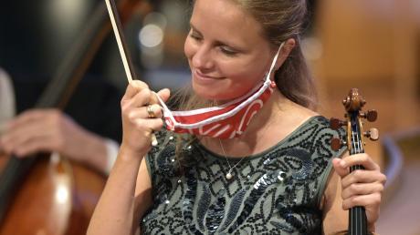 Gestatten, Julia Fischer: Natürlich musste auch die Star-Geigerin bis zu ihrem Platz auf der Bühne im Kursaal Mund-Nasenschutz tragen. Die gebürtige Münchnerin hatte sich für eine Maske mit FC-Bayern-Logo entschieden.