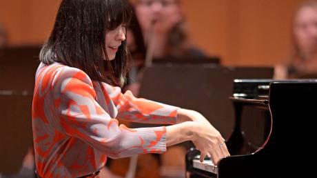 Schuhe? Nein danke. Alica Sara Ott bei ihrem umjubelten Auftritt beim Festival der Nationen in Bad Wörishofen.