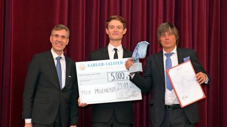 """Den """"Prix Young Artist of the Year"""" nahm Dirigent Felix Mildenberger (Mitte) von Festival-Intendant Winfried Roch und Stefan Gabler von der gleichnamigen Stiftung (rechts) entgegen."""