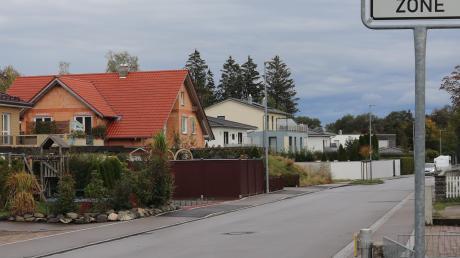 Die Badstraße heute: Einige Anlieger klagen gegen die Gemeinde und wollen verhindern, dass die Ausbaukosten auf die Grundstücksbesitzer umgelegt werden.