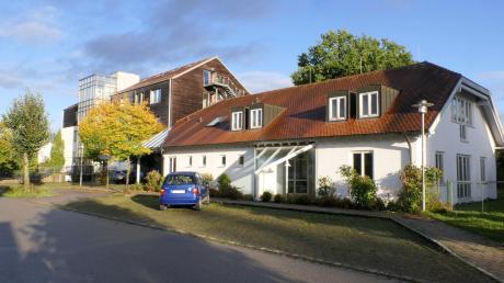 Anstelle des alten Kindergartens in Pfaffenhausen sollen, ganz in der Nähe des Seniorenheims (im Hintergrund), barrierefreie Wohnungen und eine Tagespflege entstehen.