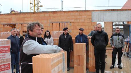 Feierstunde in Wiedergeltingen: Bürgermeister Norbert Führer (links) und Pfarrer Martin Skalitzky (vorne rechts) begrüßten auf dem Rohbau des Kindergartens Vertreter der ausführenden Firmen, der Kindergartenleitung sowie des Architekturbüros.