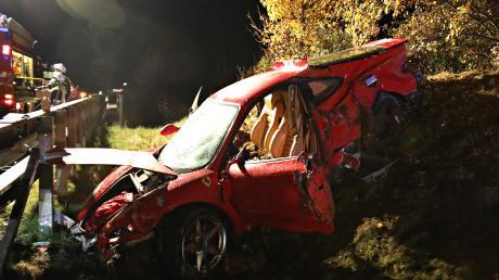 Unfall auf der A96: Ein Ferrari 360 Modena mit über 400 PS liegt bei Erkheim im Graben. Der Fahrer wurde schwer verletzt in eine Klinik gebracht.