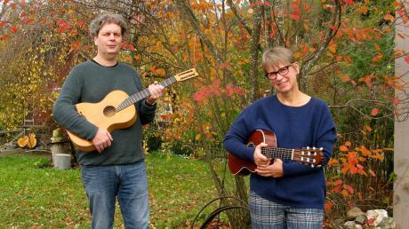 """Norbert Neunzling und Edith Lehner sind das Gitarrenduo Saitenspuren. Weil Konzerte ausfielen, konnten sie sich für ihre neue CD """"3"""" mehr Zeit lassen."""