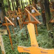 Im Wald bei Maria Baumgärtle stehen rund 400 Holzkreuze, die an Verstorbene erinnern. Gläubige Angehörige haben die Kreuze dem Eremiten Heinrich Maucher vorbeigebracht, verbunden mit der Hoffnung, dass er für die Seelen betet.