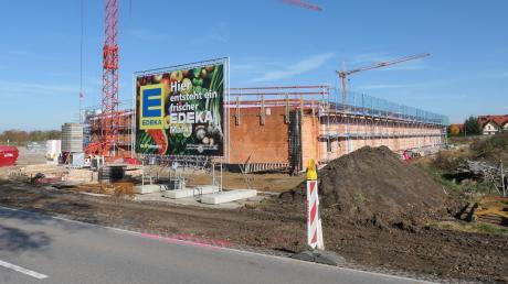 In unmittelbarer Nähe des neuen Supermarkts in Pfaffenhausen entstehen bald Bauplätze und das neue Feuerwehrhaus. Letzteres soll nach den neuen Plänen nun direkt an der B 16 gebaut werden, auf dem Bild rechts des Supermarkts – aus mehreren Gründen.