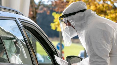 Am Montag startet in Aindling eine neue Corona-Teststation. Dabei bleiben die Bürger beim Test im Auto.