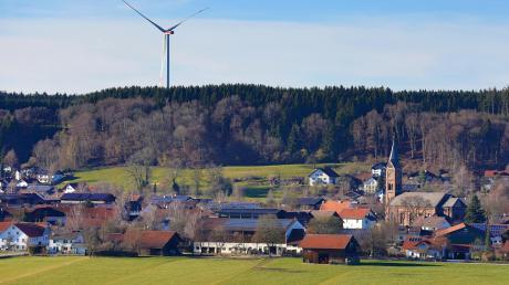 """Der Verein """"Windradfrei"""" ist überzeugt, dass das Windrad in Baisweil nachts häufiger in Betrieb ist als eigentlich erlaubt."""