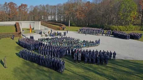 Feierliches Gedenken am Ehrenmal der Luftwaffe in Fürstenfeldbruck. Als Mitglied der Ehrenwache hat auch unser Autor Dominik König an dieser zentralen bayerischen Veranstaltung zum Volkstrauertag schon mehrfach teilgenommen.