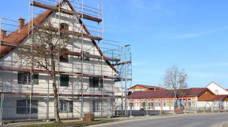 Im Vordergrund ist das künftige Dorfgemeinschaftshaus zu sehen und dahinter der Kindergarten. Auf der Fläche dazwischen soll die neue Kinderkrippe entstehen, die zwei Gruppen Platz bietet.
