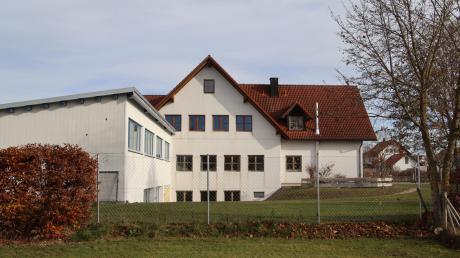 Südlich des Bestandsgebäudes der Ramminger Grundschule wird der neue Kinderhort errichtet. Ein überdachter Bereich wird beide Gebäude miteinander verbinden.