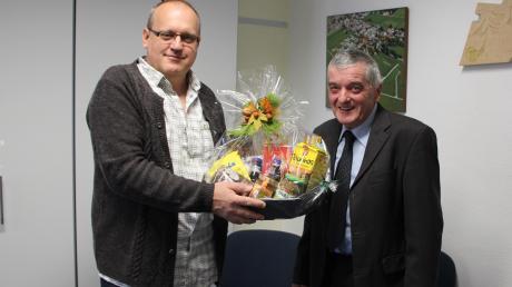 Bürgermeister Uwe Gelhardt (links) bedankte sich mit einem Präsentkorb bei Paul Huber, der nach 24 Jahren aus dem Gemeinderat ausgeschieden ist.