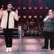 """Ein bisschen mehr """"Biss"""" und """"Mission"""" hätten Alexandra Jörg (rechts) im Vergleich zu ihrer Konkurrentin Cathalin Kühnhardt ausgezeichnet, meinte Coach Mark Forster (links). Deshalb ist die Gesangslehrerin der Musikschule Bad Wörishofen bei """"The Voice of Germany"""" eine Runde weiter."""