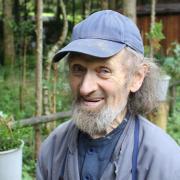 """Heinrich Maucher in seinem """"Mariental"""" bei Baumgärtle. Der Eremit lebte 35 Jahre lang im Wald und hat dort eine einzigartige Ansammlung von Holzhütten und Glaubenswegen errichtet. Jetzt ist er überraschend verstorben."""