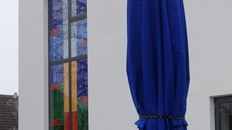 """Im frei zugänglichen Innenhof der evangelisch-lutherischen Kirche wurde ein Adventsfenster"""" gestaltet."""