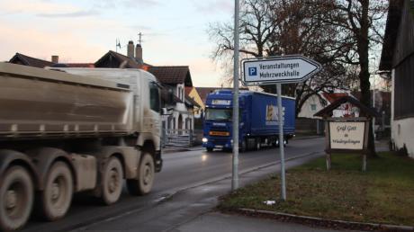 Gerade zu Stoßzeiten häuft sich der Schwerlastverkehr durch Wiedergeltingen, weil Fahrer Richtung Osten die Kreisstraße 10 bevorzugen, anstatt die Autobahn zu benutzen.