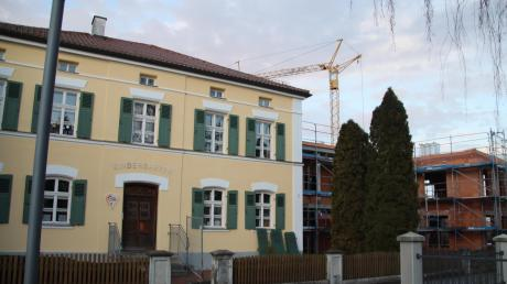 Während der Erweiterungsbau der Kindertagesstätte St. Nikolaus schon deutliche Formen angenommen hat, müssen die Sanierungsarbeiten am Bestandsbau noch warten.