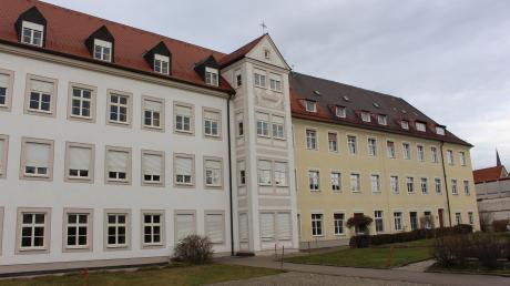Ein mächtiger Bau mitten in der Mindelheimer Altstadt: Das Kloster Maria Ward, das weitgehend leer steht, soll verkauft werden. Die Schwestern von Congregatio Jesu geben der Stadt die Chance eines Erstzugriffs.