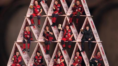 Für einen Kalender hat Bernd Feil die Mitarbeiter der Storchenbrauerei unter anderem in einem Kartenhaus in Szene gesetzt.