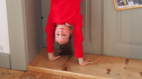 Sophia Fugger unterbricht ihrer Schreibarbeit gern mal mit einem Handstand.