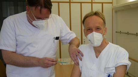 Auch im Mindelheimer Krankenhaus laufen jetzt die Corona-Impfungen. Chefarzt Dr. Peter Steinbigler war einer der ersten, die von Impfarzt Dr. Achim Pfosser geimpft wurden.