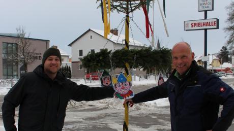 Thomas Schwaighofer (links) und Hans Schmeiser wollen den Fasching 2020/21 nicht gänzlich abschreiben. Deshalb präsentieren die beiden für den Durahaufa diesen besonderen Narrenbaum. Er zieht die nächsten Wochen durch Mindelheim.