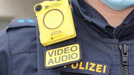 Zwei mal auf den großen Knopf gedrückt, und schon ist die Videokamera aktiviert. Bei Aufnahme blinkt das Gerät rot.